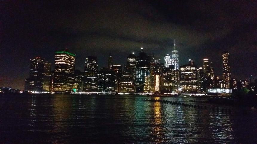 Vue sur Manhattan depuis Brooklyn de nuit